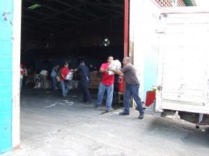 Personal de apoyo moviliza  bolsas de comida para su distribuición