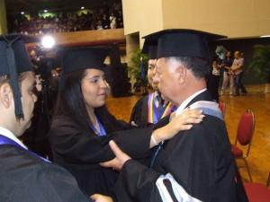 Entrega de reconcimiento al padrino de la promoción Comandante Arias Cárdenas
